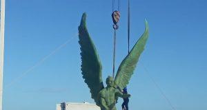 Jorge Marín supervisa trabajos de instalación de estatua