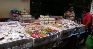 Las familias campechanas en busca de los ingredientes, flores y dulces para celebrar fieles difuntos.