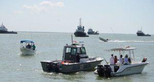 Ribereños pescan armados
