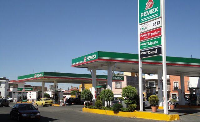 Poco a poco baja precio de la gasolina