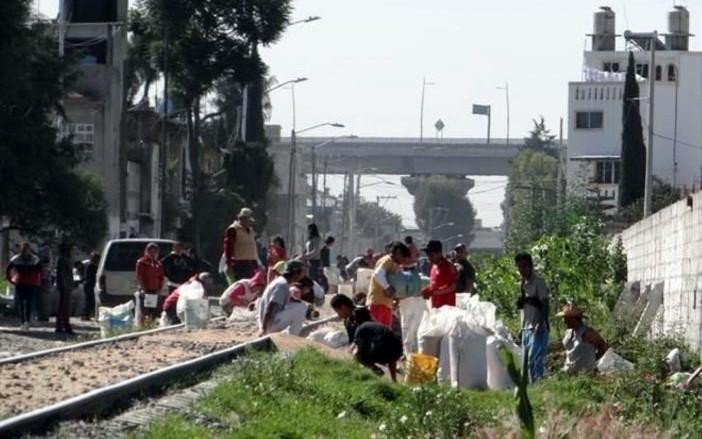 Saquean-habitantes-tren-de-trigo-en-Puebla