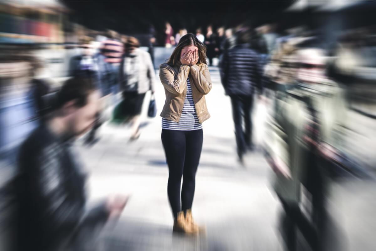 mujer-ansiedad-calle-llena-gente